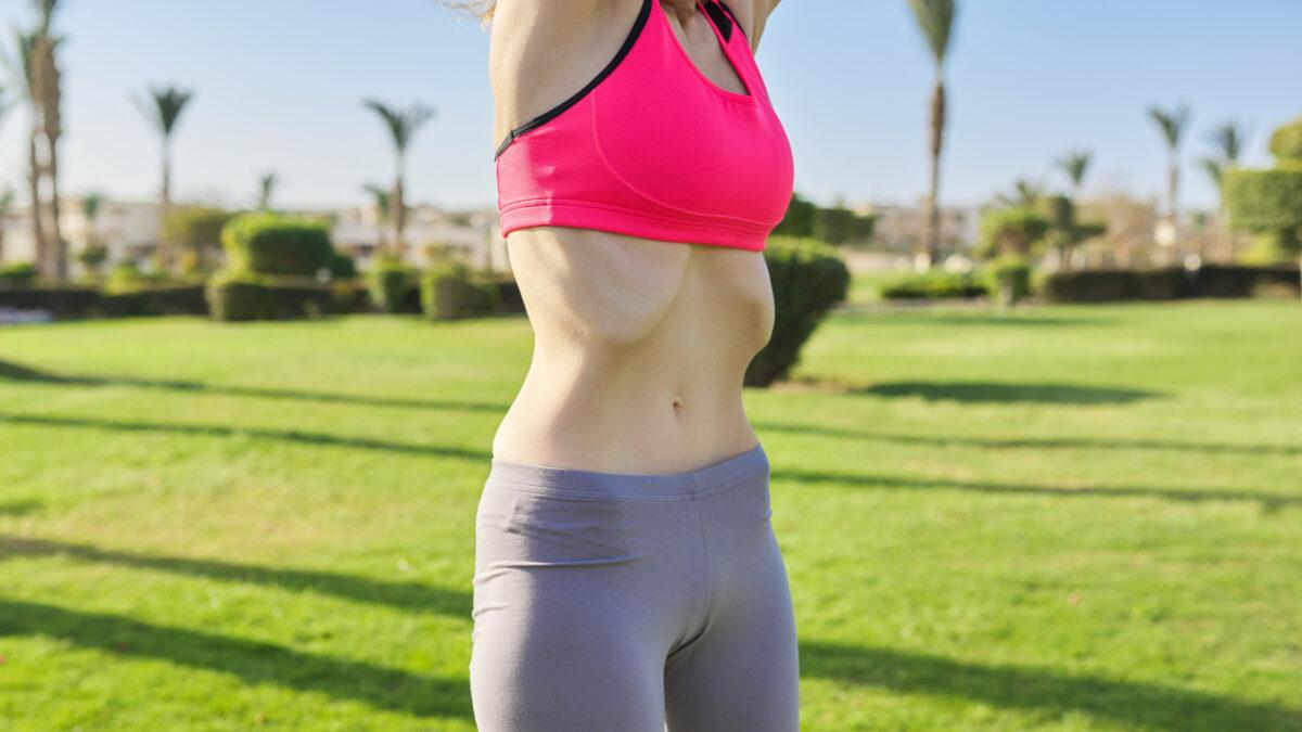 横隔膜を動かす女性