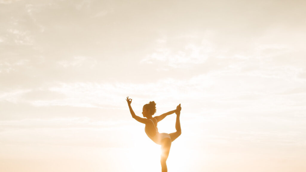 朝陽の中ヨガをする女性