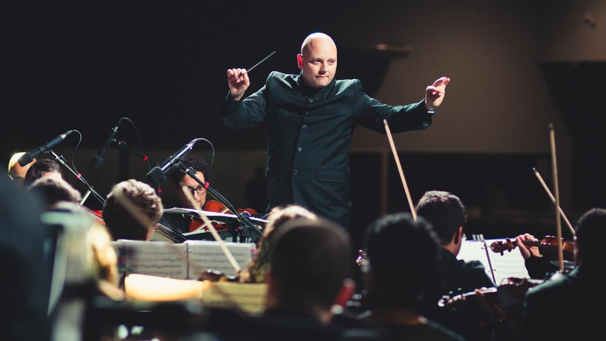 オーケストラの指揮をとる男性