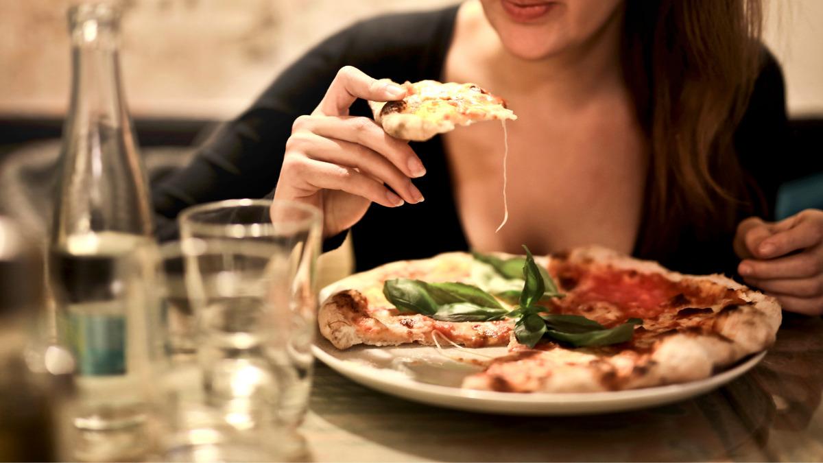 食事を独り占めする女性